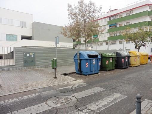 Contenedores SADECO en Valdeolleros que dificultan visión de conductores y peatones